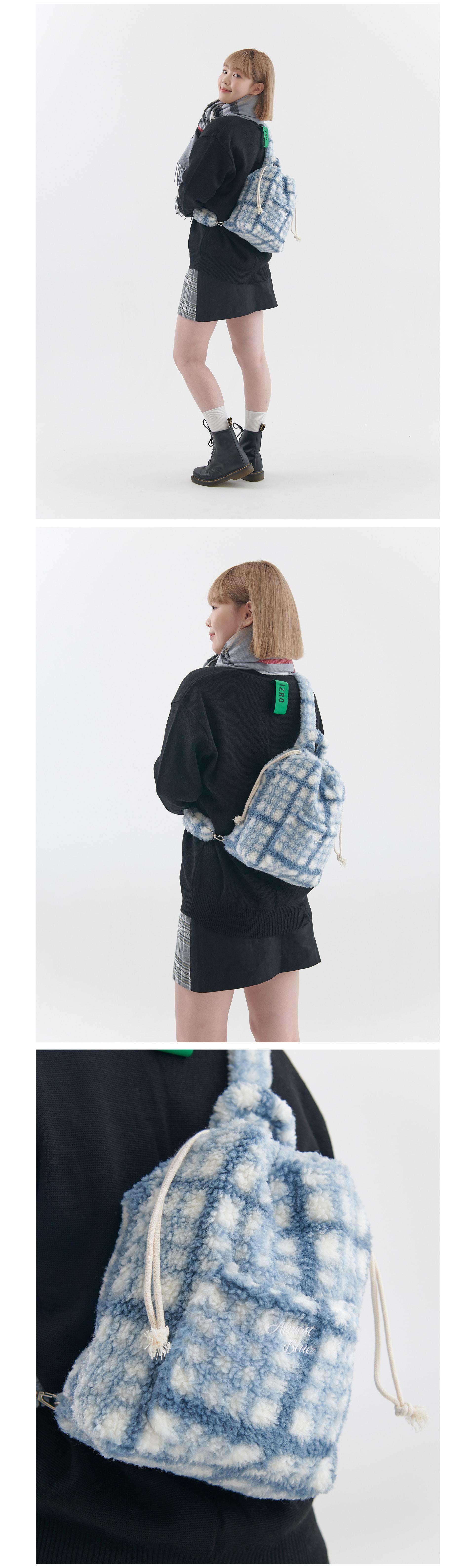 얼모스트블루(ALMOSTBLUE) FLUFFY CHECK SLING BAG